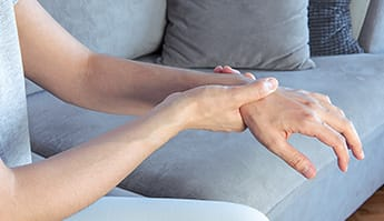 discover the symptoms of finger osteoarthritis